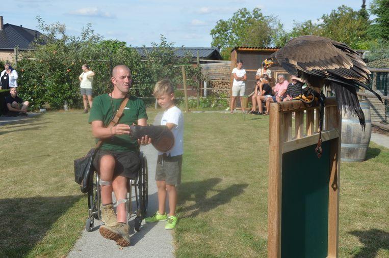 Niels probeert samen met één van de kinderen zijn arend te lokken.