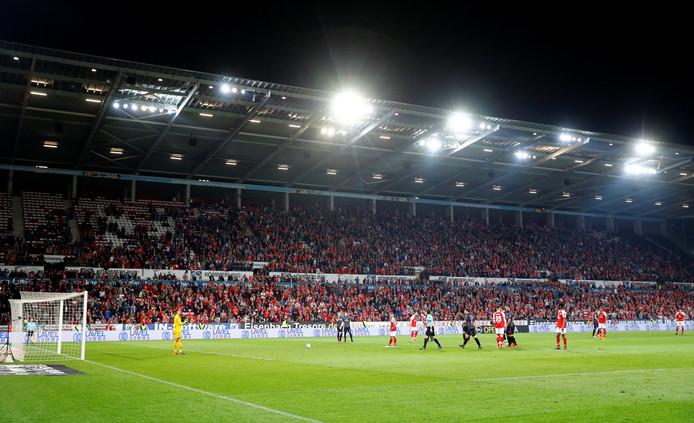 De spelers van Mainz en Freiburg keren terug op het veld.