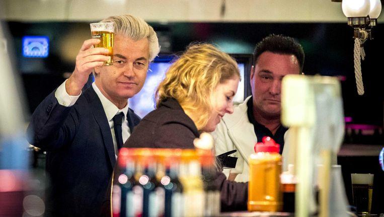 PVV-leider, en het enige partijlid, Geert Wilders op campagne in Volendam. De gemeente Edam-Volendam is één van de 60 gemeentes waarin de PVV vanaf volgend jaar in de Raad hoopt te zitten. Beeld anp