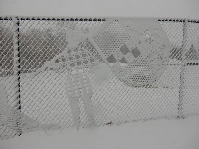 Tijdens een wandeling door een besneeuwd Ravenstein... Hekwerk van Philips van Kleef Bolwerck helemaal onder de sneeuw.