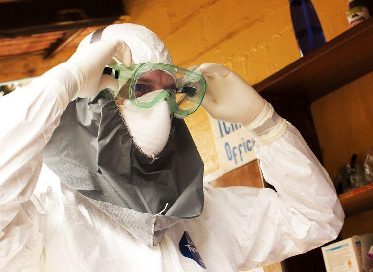 Een gezondheidswerker in een ziekenhuis in Liberia waar patiënten met ebola worden behandeld Beeld getty