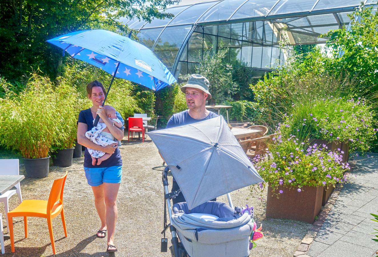 Davy, Lindie en Seph (baby) Fonteine op bezoek in De tuinen van Appeltern.