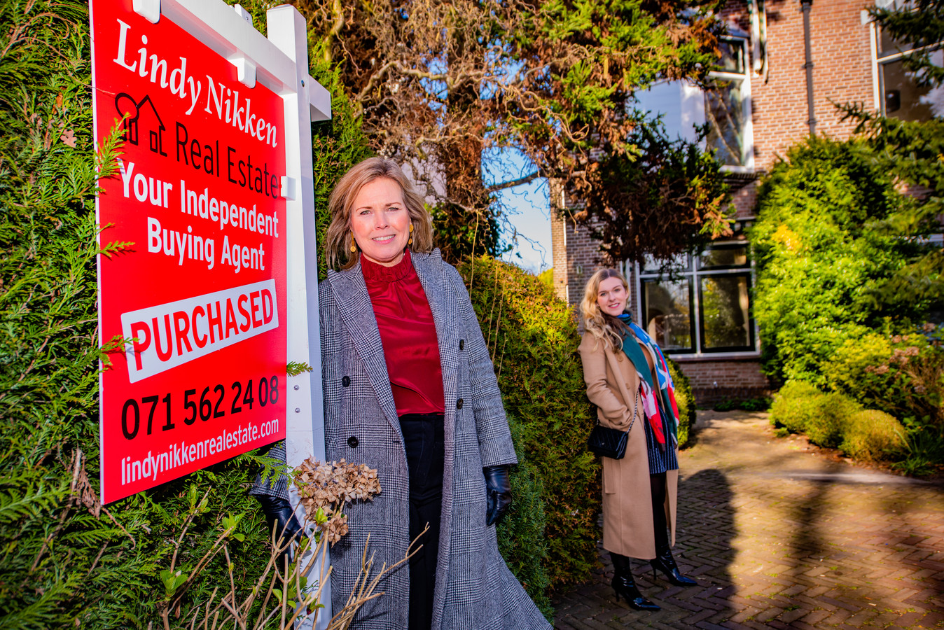 Makelaar Lindy Nikken en haar cliënte Magda Iwazko voor haar aangekochte huis in Wassenaar.