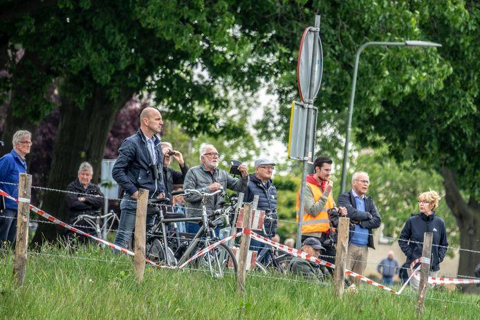 Het plaatsen van de fietsbrug trekt bekijks...