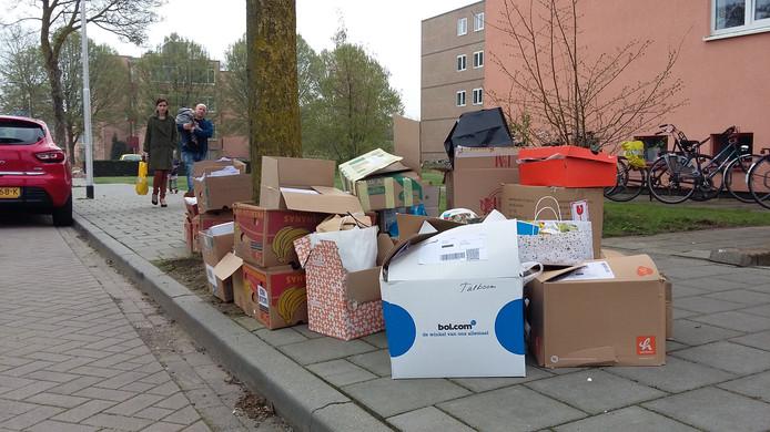 Teveel oud papier op straat kan een boete gaan opleveren in Rivierenland.