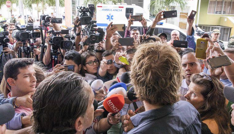 Eugenio Follender (links) en Derk Bolt spreken de pers toe in het Colombiaanse Cúcuta. Beeld ANP