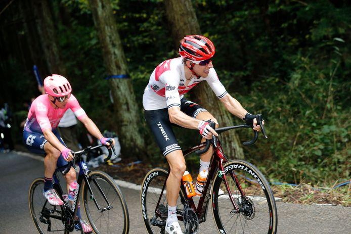 Michael Woods rijdt achter Bauke Mollema.