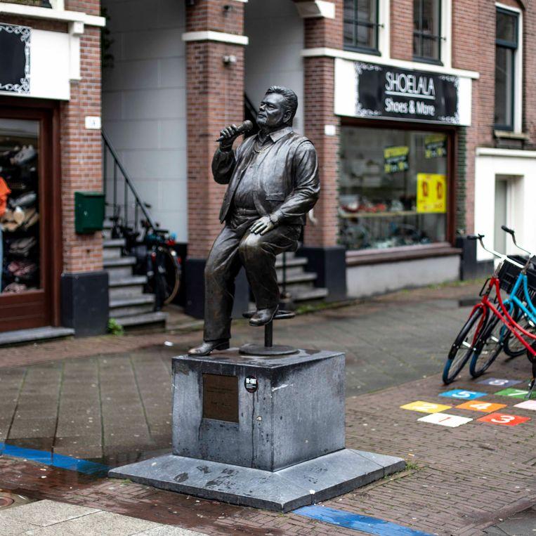 Het standbeeld van André Hazes. Beeld Lin Woldendorp