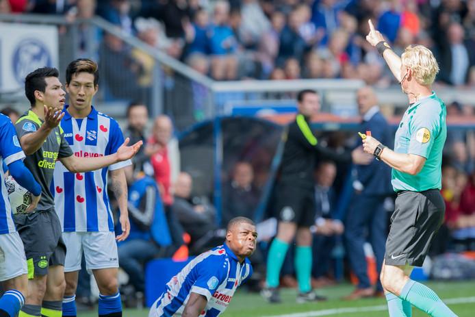 Scheidsrechter Kevin Blom stuurt PSV'er Hirving Lozano met een rode kaart het veld af