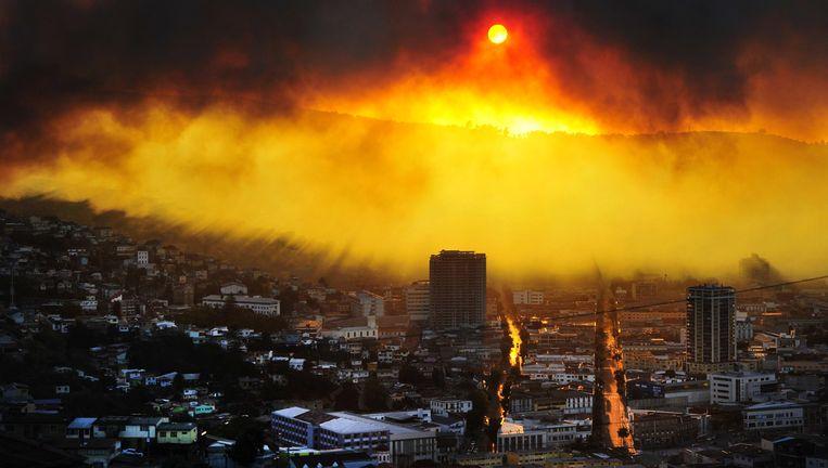 De skyline van de Chileense havenstad Valparaíso is veranderd in een rode gloed.