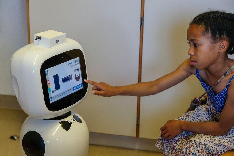 Amaya gaat aan de slag met de robot.