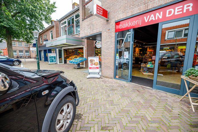 Deze auto botste tegen de pui van bakkerij Van der Most in Ommen.