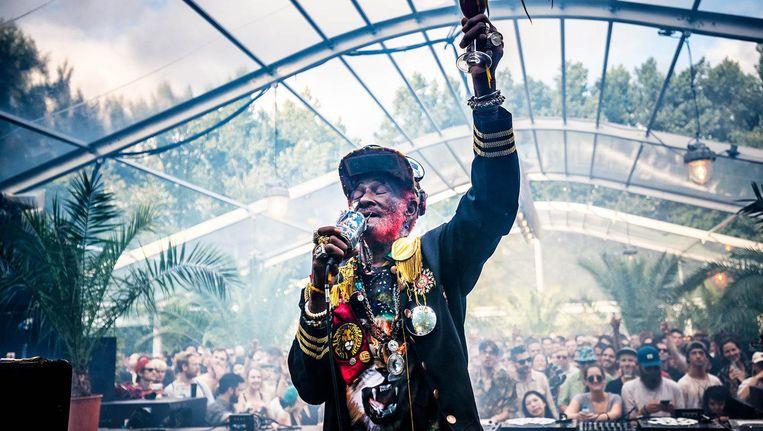 De uiterst charmante reggaelegende Lee 'Scratch' Perry van top tot teen gestoken in funky bling bling. Beeld Bart Heemskerk