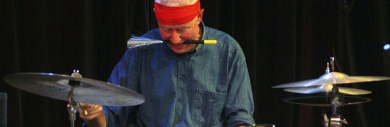 Drummer Han Bennink speelt een solo tijdens een optreden met het ICP Orchestra in 2003. (Paul van Riel / Hollandse Hoogte) Beeld