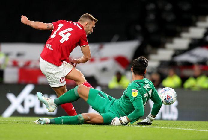Bristol City's Andreas Weinmann passeert Derby-doelman Kelle Roos.