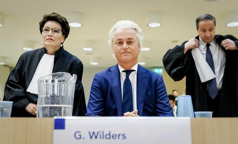 Geert Wilders samen met zijn advocaten Carry Knoops-Hamburger en Geert-Jan Knoops bij aanvang van het hoger beroep.  Beeld ANP