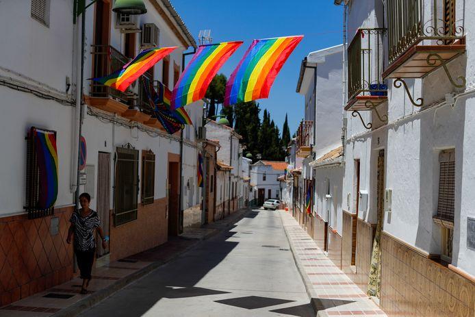 Regenboogvlaggen in Villanueva de Algaidas in het zuiden van Spanje.