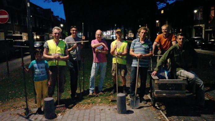Belcrummers kwamen vrijdagavond bij elkaar om de spoorlijn weer dicht te maken met touw en cement.