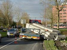 Vrachtwagen verliest betonnen vloerplaten in Nieuwegein
