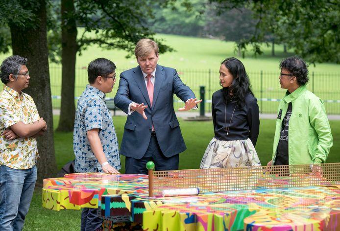 Koning Willem-Alexander bij de opening van de vorige Sonsbeekexpositie in 2016 met de toenmalige Sonsbeekdirecteur Tati Vereecken-Suwarganda en de curatoren van het kunstenaarscollectief ruangrupa.