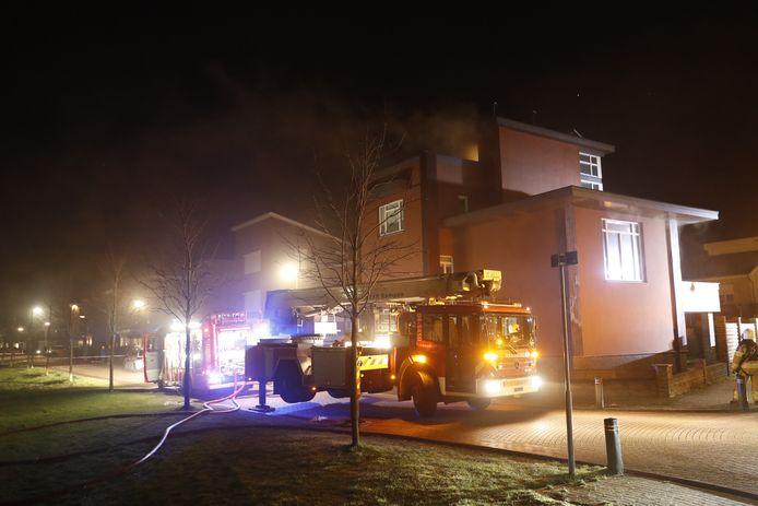 De rook komt uit de bovenste verdieping van de woning aan de Rietkamp in Kampen.