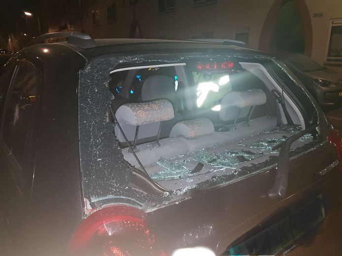 De auto van Marina nadat deze was bewerkt met een bijl.