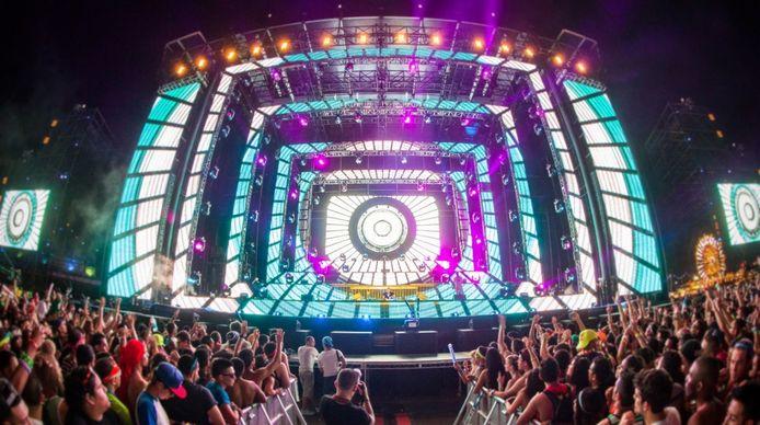 De Nederlandse top-dj Afrojack tijdens zijn optreden op het megafestival Electric Daisy Carnival (EDC) in Las Vegas (2012). Eyesupply verzorgde de videokunst.