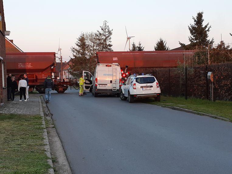 De goederentrein staat voorlopig stil ter hoogte van de overweg aan de Riemewegel.