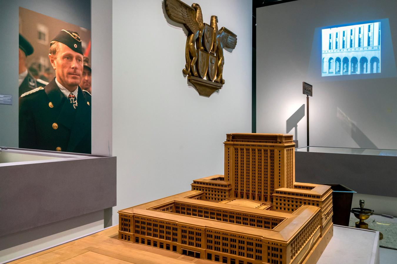 Beeld van de tentoonstelling Design van het Derde Rijk in Den Bosch met links de foto van een marine-officier, waarbij het museum het bijschrift moest corrigeren.