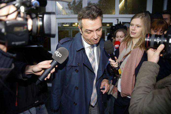 Een advocaat van Dejan Veljkovic verlaat de rechtbank in Antwerpen.