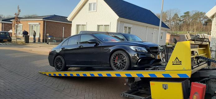 De Mercedes van de 30-jarige verdachte wordt meegenomen door de politie.