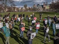 Tientallen steunbetuigers voor Navalny op Museumplein