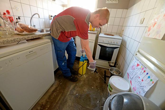 Werkzaamheden in een van de getroffen woningen in Transburg