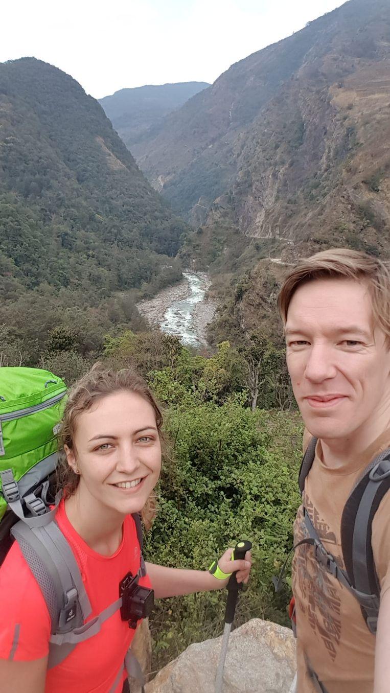 Tim Vandekerckhove (37) en Birgit Castelein (30) uit Ieper zitten momenteel vast in Nepal. Ze zouden normaal vrijdag al terug thuis zijn, maar alle vluchten die ze aangereikt krijgen, worden telkens weer geannuleerd.