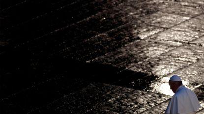 """Paus tijdens uitzonderlijke zegen voor leeg Sint-Pietersplein: """"Er is diepe duisternis gevallen over onze steden"""""""