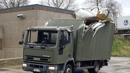 Oeps: chauffeur van Belgische legertruck schat brug verkeerd in