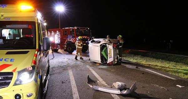 Auto klapt op de zijkant bij eenzijdig ongeval in Voorthuizen.