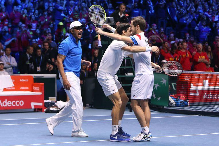 Davis Cup-captain Yannick Noah viert feest met tennissers Pierre-Hughes Herbert en Richard Gasquet nadat zij voor Frankrijk de Davis Cup binnensleepten door in de finale van België te winnen.  Beeld Getty Images