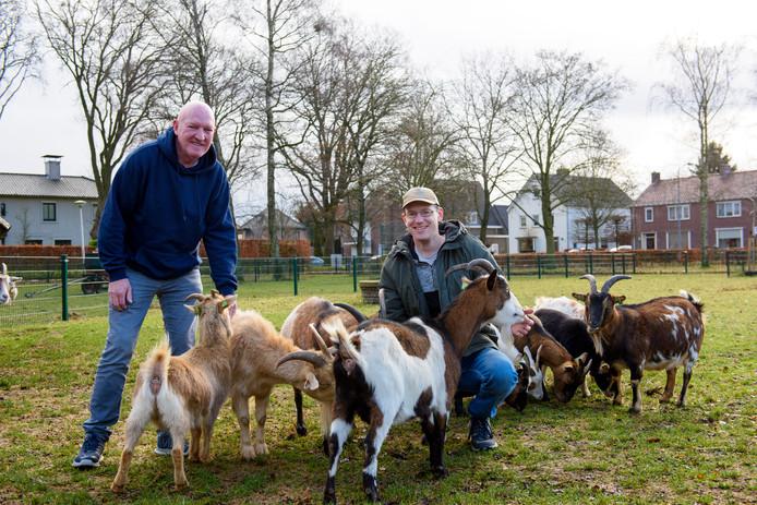VALKENSWAARD - Voorzitter Paul Verspeek (links) en beheerder Joris van Kuijk (rechts) hebben een enerverend jaar achter de rug bij kinderboerderij De Kleine Meer.