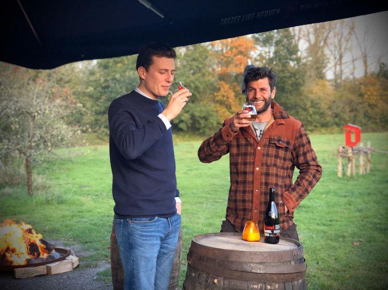 Brouwer Sam De Belder en Bartel Van Riet genieten bij een knetterend vuurtje van een speciaal glas Duvel Barrel Aged.