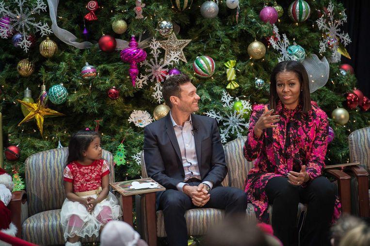 Michelle Obama leest maandag een kerstverhaal voor aan kinderen in een ziekenhuis in Washington. Beeld AFP