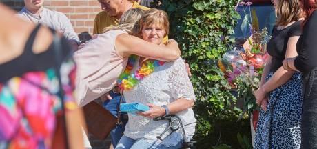 Vorstenbosch onthaalt ex-coronapatiënte Ellen na drie maanden op grootse wijze: 'Ze verdient weer een lintje'