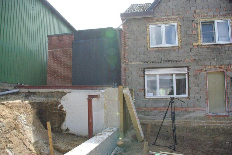 Op de scheiding tussen het huis (rechts) en de groene loods van de fruitveiling stonden een opslagplaats en een hoogspanningscabine op een betonnen plaat.