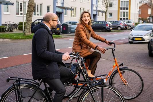 Staatssecretaris Stientje van Veldhoven samen met Arnhems burgemeester Ahmed Marcouch op de fiets in de Arnhemse wijk Malburgen.