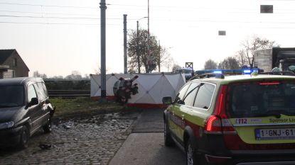 Wagen gegrepen door trein op overweg in Tielt: bestuurder sterft