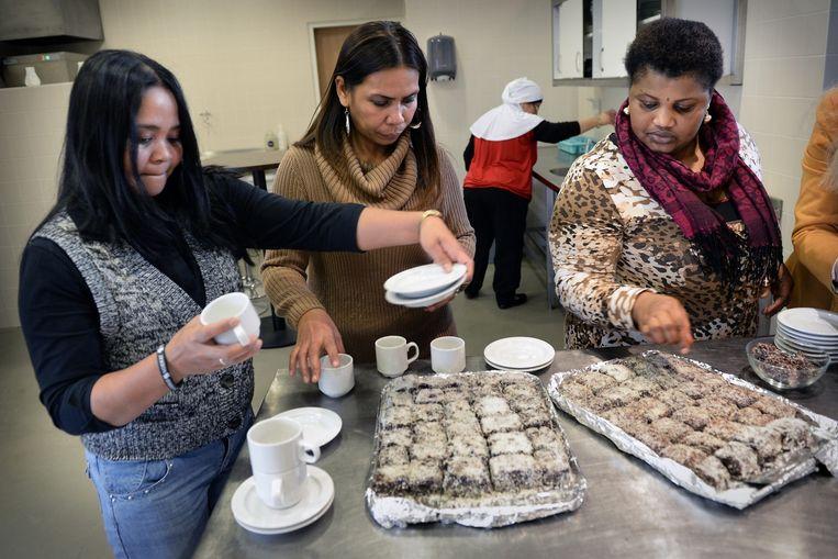 Vrouwen in de bijstand werken in een sociaal restaurant in Breda. Met dit soort werk kunnen schuldenaren in sneller tempo hun leven op orde krijgen nadat een nationaal fonds hun schulden heeft overgenomen, zo stelt Cordaid voor. Beeld Marcel van den Bergh