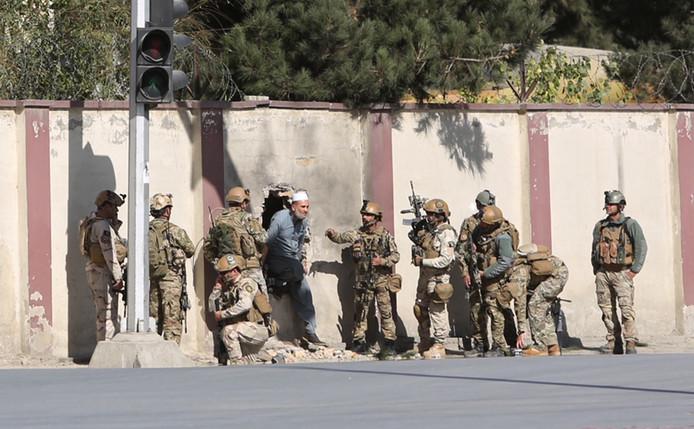 Afghaanse militairen buiten het gebouw.