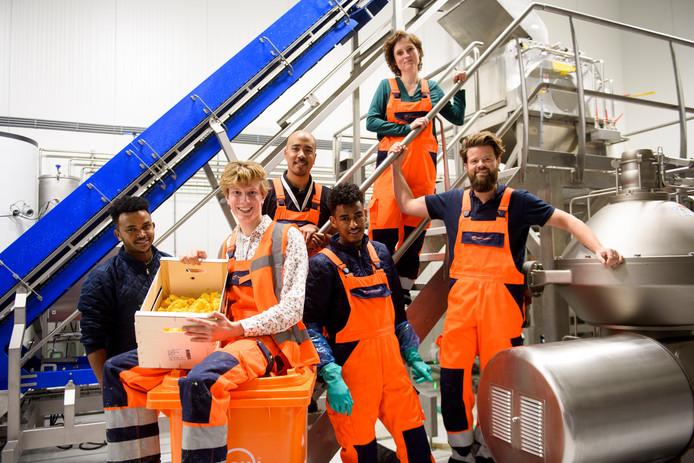 Het team van de Peelpioneers bij de verwerkingslijn waar citrusschillen verwerkt worden tot onder meer grondstoffen voor bijvoorbeeld zuivel, koekjes en zeep.