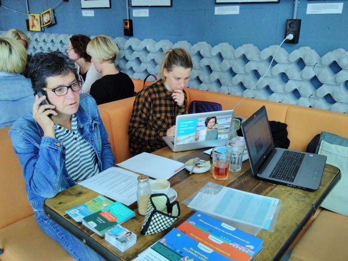 Het 'callcenter' van Milieudefesie bij Uit Je Eigen Stad.