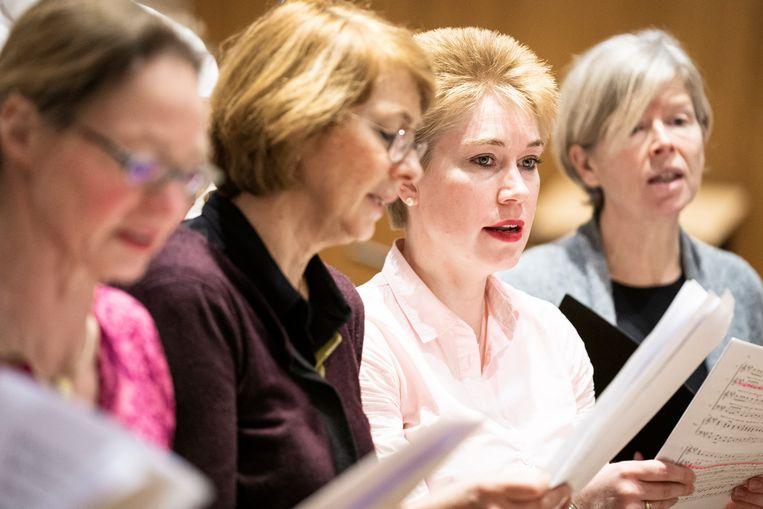 Repetitie onder leiding van dirigent Marcela Obermeister. Beeld Freek van den Bergh / de Volkskrant